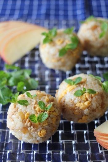 鶏そぼろと卵の具にアップルミントを添えて。オリーブオイルのおかげで和洋の素材がうまくなじみます。