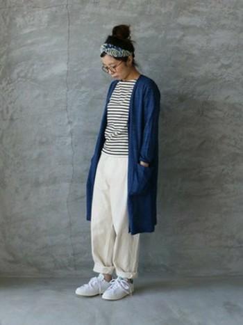 ボーダーシャツ×ロングカーディガン×リネンのパンツの組み合わせ。白いリネンのパンツがナチュラルで優しい印象をプラスしています。