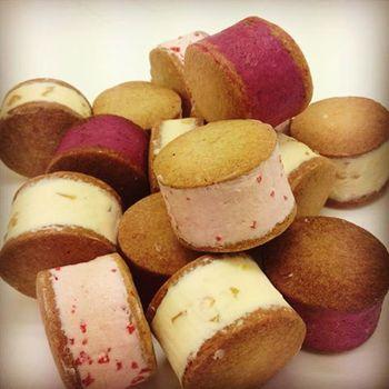 バタークリームの中に白桃のリキュールに3ヶ月漬け込んだ杏がまるまる一個入っているものをはじめ、カシス×小豆、マロン×レモン、バジル×レモン×苺、チョコ×ミントなど様々です。色合いも見た目も可愛らしく、ぜひ一度味わってみたいバターサンドです!