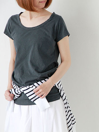 ヴィンテージな雰囲気ある半そでTシャツ。 ボーダーTを腰巻きしてメリハリを付けてみて。 マリンな雰囲気が出るので、夏のお出かけにもオススメです。