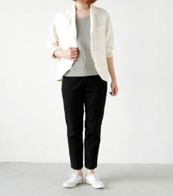 プレーンなTシャツもヴィンテージな風合いの物を選べばこんなに雰囲気たっぷりの着こなしに。 ユニークなカッティングのジャケットを合わせて、こだわり感のある着こなしが素敵ですね。