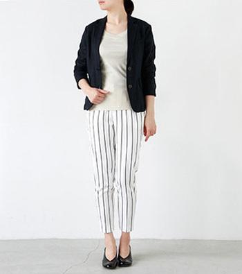 ジャケットを合わせてオフィス使いもOKのコーディネート。 足元はパンプスで大人の雰囲気たっぷりに。