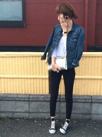 デニムジャケットを合わせればこんなにおしゃれな着こなしに。 ピアス・腕時計・パンツは黒を使用して全体的に引き締まった印象が◎