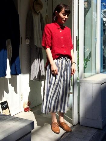 こちらはさきほど登場したネイビーのストライプスカートにビビットカラーのレッドシャツを合わせたもの。お互いのアイテムの良さを引き立たせた魅力あふれるコーデですね*