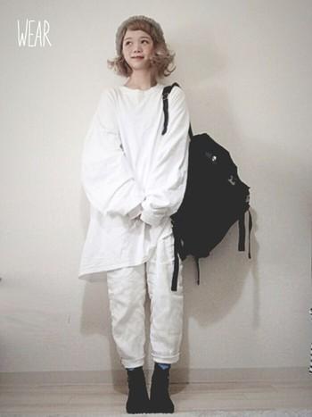 ホワイト×ホワイトの定番ワントーンコーデ。ビッグTシャツとリネンのホワイトパンツがふんわりなじんでおしゃれです*