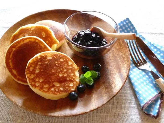牛乳の代わりにヨーグルトを加えることで、通常のパンケーキよりもさっぱりとした味わいに。ジャムなどと合わせても、あっさり食べることができます。