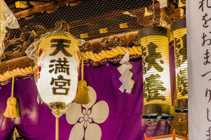 大阪天満宮で行われる天神祭は、学問の神様、菅原道真公の命日にちなんだお祭りです。