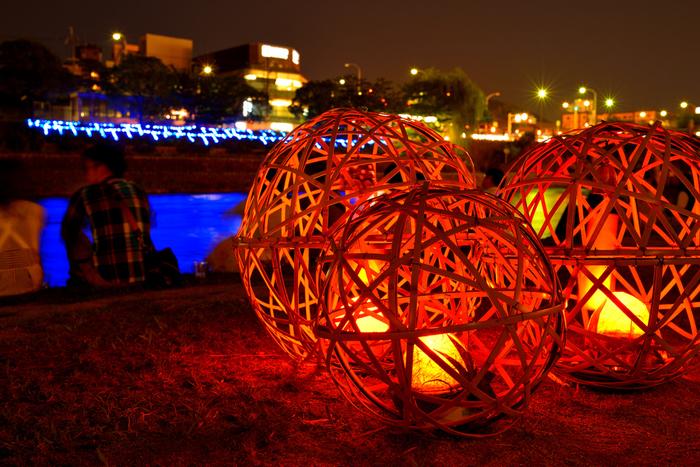 鴨川会場では、鴨川右岸の河川敷には「鈴風灯」と呼ばれる竹の燈籠が、無数に並びます。やわらかで優しげな雰囲気を持つ鈴風灯は、訪れる人の心を癒す不思議な魅力を持っています。