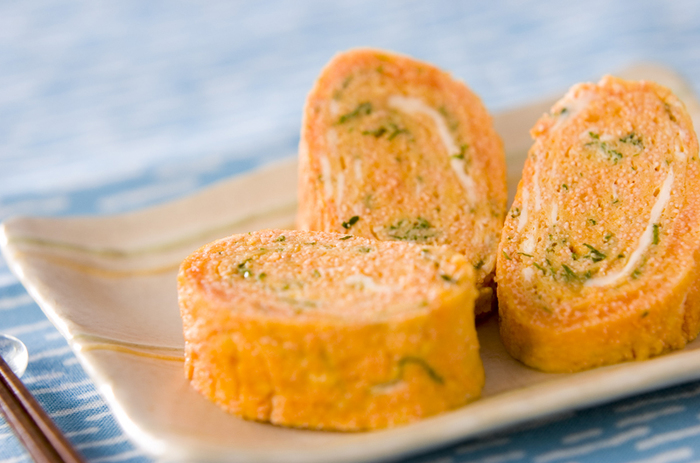 お弁当の定番といえば卵焼き。タラコと大葉が入って夏のレシピになっています。お弁当の彩もきれいになりますね。