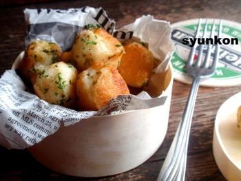 とろけるスライスチーズを手でちぎって、蒸して潰したジャガイモに混ぜて作るので、とっても簡単です。冷蔵庫にあるもので簡単に作れて美味しいというのがチーズボールの魅力ですね。