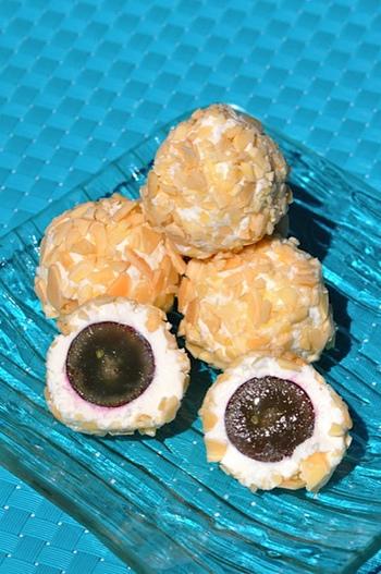 クリームチーズとゴーダチーズを混ぜたもので、ブドウを包んで完成するデザートチーズボールです。回りには砕いたアーモンドをまぶしてあるので、食感も楽しいですよ。