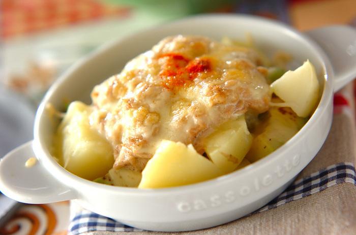 アボカドとジャガイモにツナマヨをのせて、トースターで焼くだけの簡単レシピ。じゃが芋は、レンジでチンするだけでOK。晩御飯、あと一品足りないな…なんて時におすすめです!