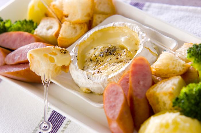 とろ~り溶けたチーズをからめて頂くチーズフォンデュは、なんと!カマンベールチーズをそのまま器として使っています。好きなワインを持ち寄って、おうちで女子会♡なんて時にもおすすめです。