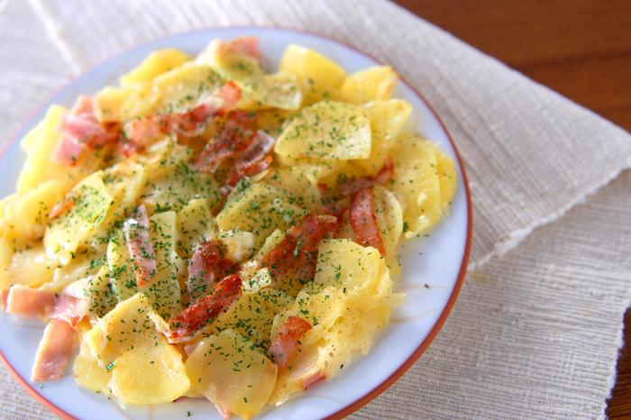 少ない材料で簡単に出来る一品!チーズがたっぷりで、じゃが芋の食感とハムがよく合います。食べやすく切れば、お弁当のおかずとしてもぴったりです♪