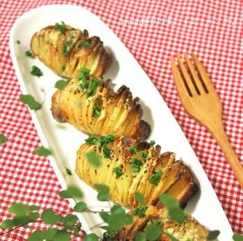 こちらはスウェーデンのじゃが芋料理。材料がじゃが芋だけなのに、何だかとってもお洒落で、ご馳走気分になれる一品。じゃが芋を1枚ずつ剥がして食べるのが楽しそう♪じゃが芋は切り込みを入れた後、水で切り込みを洗ってデンプンを流すのがコツ。隙間が出来やすくなり、美しく仕上がります。