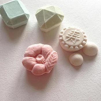 ブランド立ち上げのきっかけは、泉田さんが現在一緒に企画をしている打ち菓子職人である友人と、5年前に伝統工芸士さんの工房を見学したときのこと。自分もいつかオリジナルの商品を作りたいという想いが芽生えたそうです。昨年、その友人が結婚し、引き出物に和三盆のデザインを依頼されたことが「HIYORI」を立ち上げるきっかけとなりました。