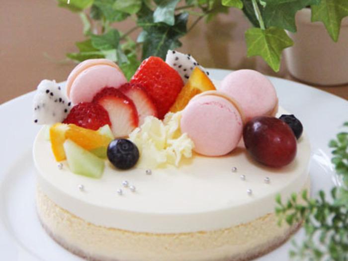 二層チーズケーキの基本、ベイクドチーズケーキとレアチーズケーキの二層レシピです。飾りつけも楽しめるとっても美味しいチーズケーキですよ!甘さが控えめなので、甘いものが苦手な方でも食べられます。