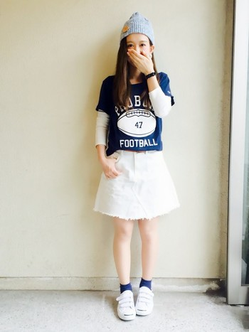 ネイビーTシャツにホワイトデニムのスカートを合わせた、さわやかスポーツミックススタイル☆ スニーカーからちょっとだけのぞいたくつ下も効果的です。