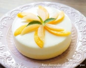レアチーズ&レアチーズの二層チーズケーキです。どちらも桃の缶詰のピューレが入っているので、程よい酸味を甘味が楽しめます!