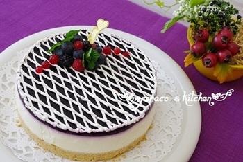 レアチーズケーキがメインですが、ブルーベリーのソースをふんだんに載せているので、二層チーズケーキとしても十分に楽しめますね。ブルーベリーの紫が落ち着いた雰囲気で、シックなケーキが出来上がります。