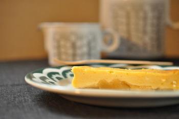 リンゴを先に加熱しておくと、しっとりとしてチーズケーキに馴染んでくれます。クリームチーズを使った生地と合わせて30分程オーブンで焼きますが、冷めてからの方がしっとりとして美味しいですよ。