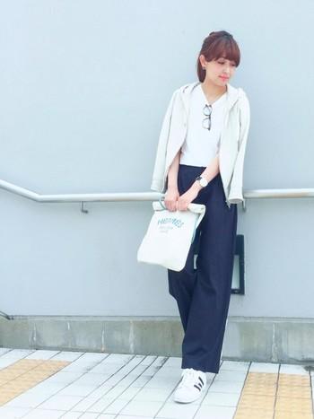 ストンとしたきれい目ワイドパンツに白カットソー。パーカーを羽織るとリラックス感がアップします。