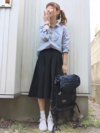 ミディ丈のフレアスカートにはローカットを。 学生っぽくみえないポイントは、シャツのインと襟抜き、そしてオールスターの足元の安定感。