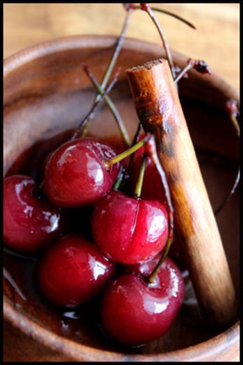 アメリカンチェリーとシナモン、赤ワインでコトコト煮たちょっと大人のデザートです。水あめが照りを出して綺麗な仕上がりに。