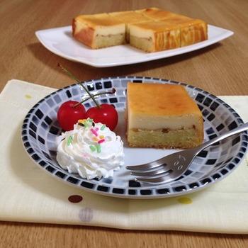アーモンドを練りこんだ生地と、チーズを練りこんだ生地の二層チーズケーキです。焼いたアーモンド生地にチーズの生地を加えてさらに焼き上げているので、しっとりと濃厚な味わいが楽しめるちょっとリッチな二層チーズケーキですよ。