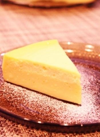 スライスチーズを使って作る二層チーズケーキです。スライスチーズは結構な確率で冷蔵庫に入っていませんか?わざわざクリームチーズを買いに行かなくても作れるレシピは嬉しいですよね。しっかり水切りしたヨーグルトを使用した、しっとり上品な酸味の楽しめる二層チーズケーキですよ。