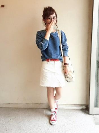 ホワイトデニムのミニ丈スカートに、アクセントになる真っ赤なハイカットのオールスター! 全身トリコロールカラーでさわやかなマリンスタイルです。