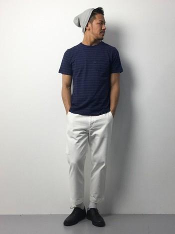ニット帽とロールアップパンツを合わせたリラックススタイルですが、ネイビー&ホワイトコーデはスッキリとした大人カジュアルに仕上がります。