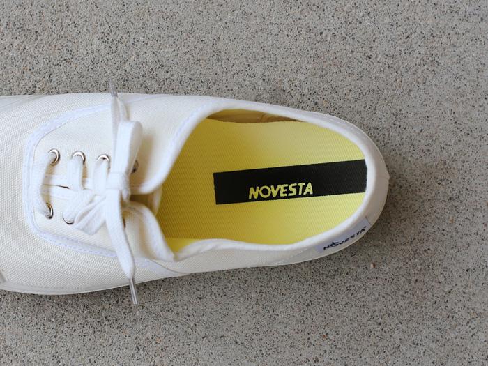 スロバキアで生まれた「NOVESTA(ノベスタ)」は、消防士さんや漁師さんなど、過酷な環境で働く人にプロ使用のラバーブーツを供給していたブランド。その技術を応用し、2010年にスニーカーコレクションをスタートさせました。