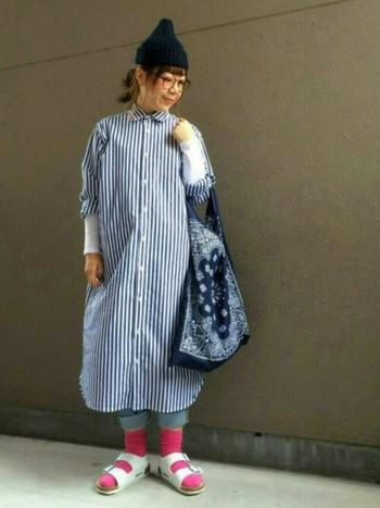 もたついた印象になりやすいロング丈のシャツワンピを、ロールアップデニム&サンダルでスッキリと。ブルー系コーデにピンクの靴下がキュートにはまってます☆
