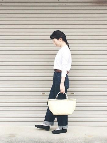 清潔感のある白色のトップスをデニムにインしてコンパクトに。かごバッグを取り入れたナチュラルな着こなしにもベーシックなバレエシューズはぴったりです。