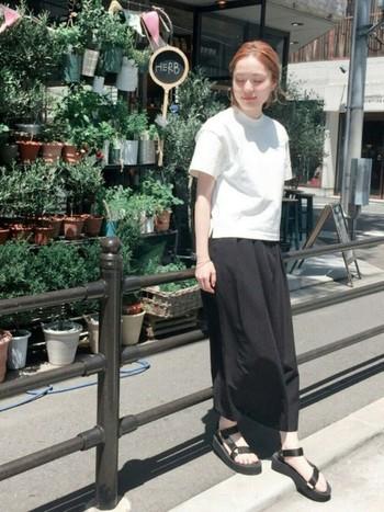 モノトーンコーデには、シンプルなブラックのサンダルを。歩きやすくて、夏まで楽しめるサンダルコーデ参考にしてみて下さいね。
