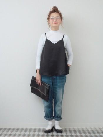 デニムのカジュアル感も、よそゆきに変えてくれる白靴下×黒のバレエシューズの組み合わせは、どんなコーディネートにもマッチしますね。デニムは、少しロールアップするのを忘れずに。