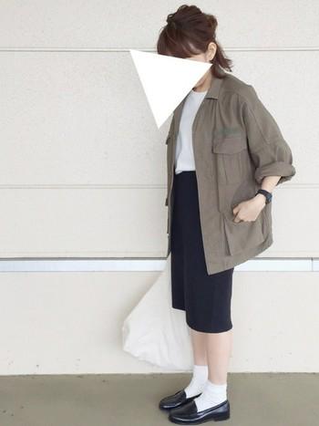 カーキ色のワークウェアには、モノトーンの組み合わせがぴったりです。半端丈のスカートやロールアップした袖から覗く肌見せで抜け感のある着こなしに。