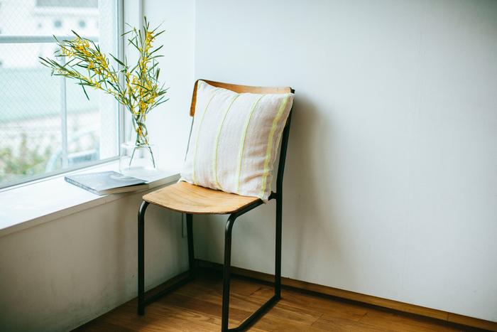 ミモザ(24cm/medium/クリア) 読書スペースの窓際に佇むフローラと大ぶりのミモザのドライフラワー。本から視線を外すと、生花と違って温かく柔らかい黄色が飛び込んできて、ほっと一息つけそう。