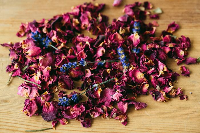 ドライフラワーの花弁をばらしてナチュラルのポプリに。特別な加工も必要ありません。 また生花の状態から花弁をばらして最初からポプリを作ることもできます。花束で沢山もらったら、ドライフラワーとポプリに分けて作ってみるのもいいですね。