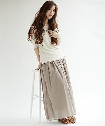 くるぶしまで隠れるマキシ丈のギャザースカートも、ガーゼのような柔らかで透け感のある素材なら重さを感じさせません。どんなトップスとも相性の良いヌーディ―カラーは、サンダルのカラーでアクセントを出して。