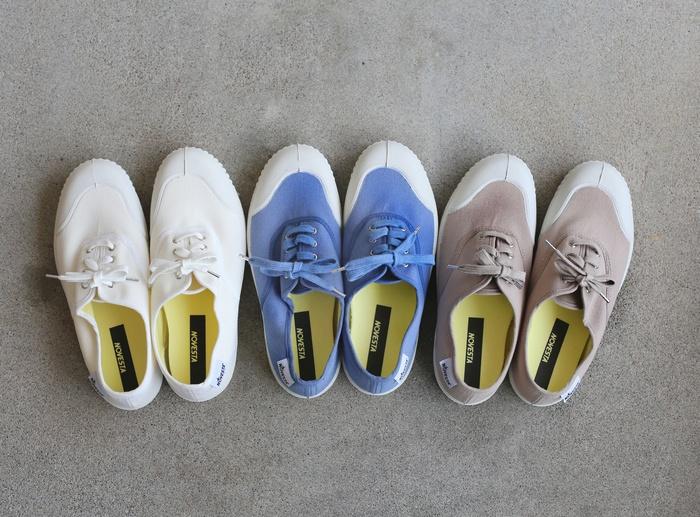 """カラーは、さわやかな""""ホワイト""""、涼しげな色合いの""""ライトブルー""""、少しピンクがかったやさしいお色の""""ベージュ""""の三色。色違いで揃えたくなってしまうかわいさです。"""