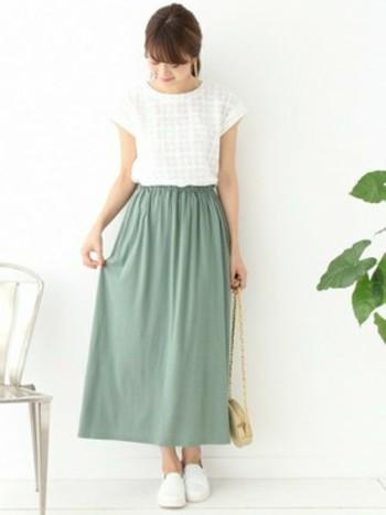 パステルグリーンが爽やかなスカート。これからの季節には、優しい色を選ぶと涼し気なコーデに仕上がりますよ。