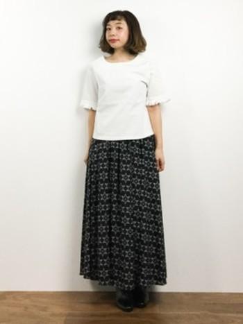 印象的な幾何プリントのマキシ丈スカートは、シンプルなトップスと合わせてスッキリ見せるのがポイント。トレンドのロングカーデやジレとも合わせても◎