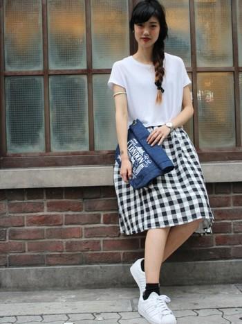 涼し気な麻混素材のスカートには、Tシャツと合わせて素材感を統一させるのがポイント。無造作に編みこんだヘアスタイルで、女性らしを忘れないで。