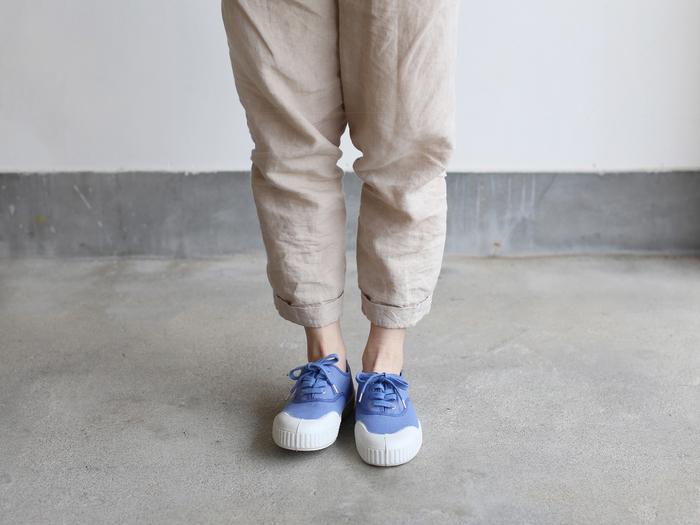 ゆるめのパンツやデニムはもちろん、ワンピースやスカートなど、ナチュラルな装いにもぴったり。気軽に履くことができるカジュアルさの中にかわいらしさを秘めた「TENNIS」を、足元に取り入れてみませんか?