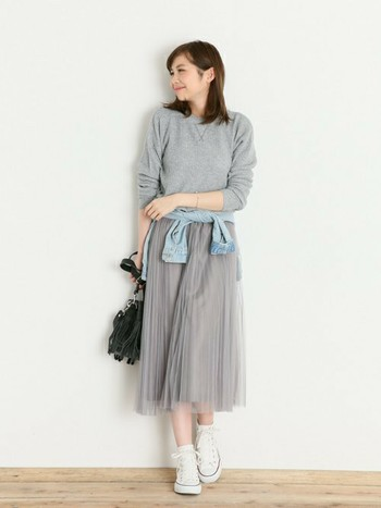 広がりすぎが心配なチュールスカートも、プリーツ&ロング丈ならスッキリとした大人スタイルに。甘くなりすぎる白や、透け感が目立ちすぎるダークカラーよりも、大人かわいく着こなせます。