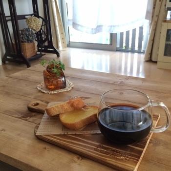 コーヒーとトーストをトレイにのせるだけで、ゆったりとしたカフェ気分に浸れるから不思議。やることがたくさんある、慌しい朝にこそ取り入れてみましょう。