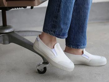 着脱しやすいので、職場での使用やママのおでかけにも便利なスリッポンタイプのスニーカー「SLIP ON」。先にご紹介した「TENNIS」と同じく屈曲性のあるソールで、どんな動きにもフィットします。