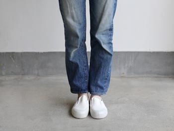 シンプルですっきりとしたデザインなので、スカートやワンピースに合わせるのが良いかと思いきや、パンツスタイルにもぴったり。さっと履けて、足元をかわいく彩ってくれるスリッポンを、毎日の相棒にいかがですか?
